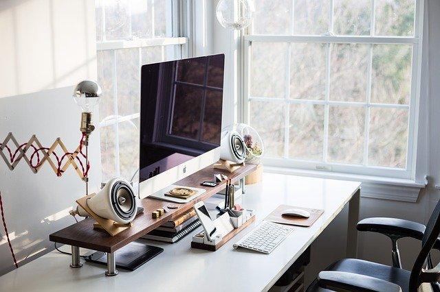 biurko przy oknie