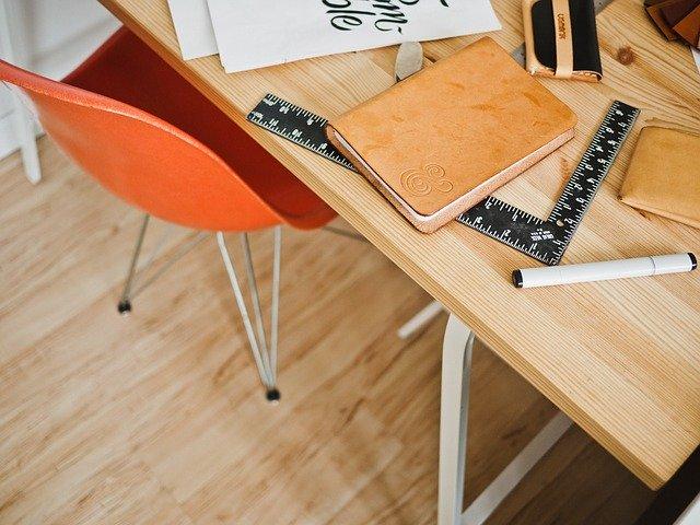 biurko-z-wieloma-przedmiotami