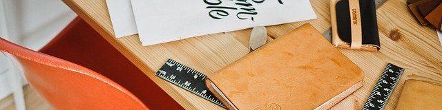 cropped-biurko-z-wieloma-przedmiotami.jpg