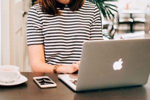 jak dbać o kręgosłup pracując przy biurku