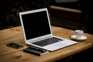 Komputer na drewnianym biurku