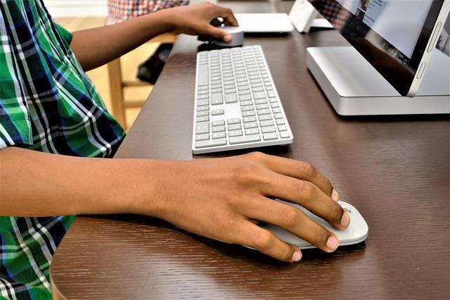 Dziecko pracujące przy biurku
