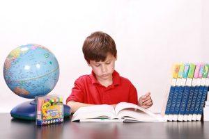 Chłopiec przy biurku
