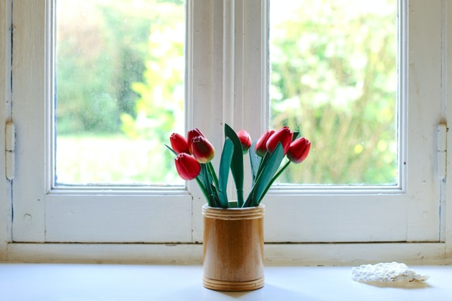 okno-przy-biurku